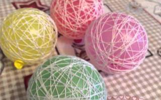 Елочные шары из ниток и клея